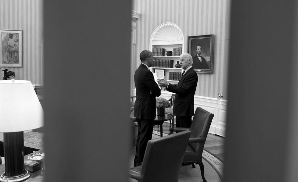 O presidente Barack Obama conversa com o vice-presidente Joe Biden no Salão Oval, em 15 de abril de 2015.(Foto oficial da Casa Branca por Chuck Kennedy)