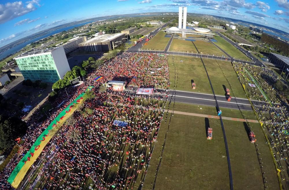 Brasília - Manifestantes pró (à direita) e contra (à esquerda) o impeachment ocupam a Esplanada dos Ministérios durante o processo de votação na Câmara dos Deputados ( Juca Varella/Agência Brasil)