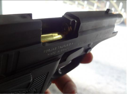 Pistola Taurus PT 940 apresenta falha de extração. O cartucho de munição percutido e deflagrado, permaneceu na câmara de disparo