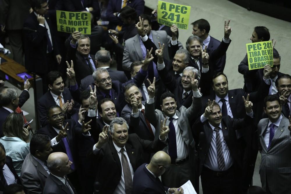 Sessão extraordinária destinada a analisar a PEC 241/16, do Executivo, que cria teto de despesas primárias federais reajustado pelo IPCA (Fabio Rodrigues Pozzebom/Agência Brasil)