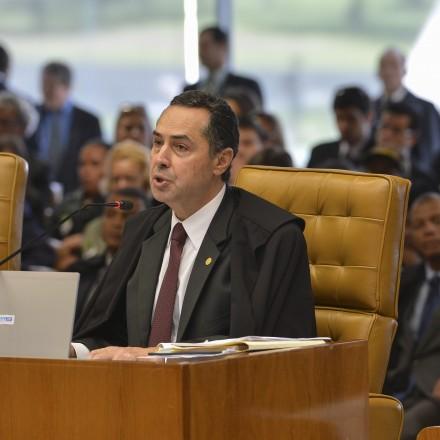 Brasília – Ministros do Supremo Tribunal Federal analisam os embargos declaratórios apresentados ao processo de demarcação da Terra Indígena Raposa Serra do Sol. Na foto, o relator do processo, ministro Luís Roberto Barroso