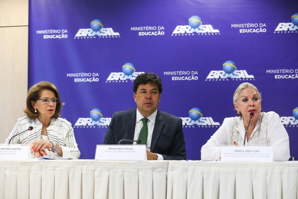 Brasília - A secretária executiva do MEC, Maria Helena Castro, o ministro da Educação, Mendonça Filho e a presidente do Inep, Maria Inês Fini, durante divulgação dos resultados do Enem 2015 (Elza Fiuza/Agência Brasil)