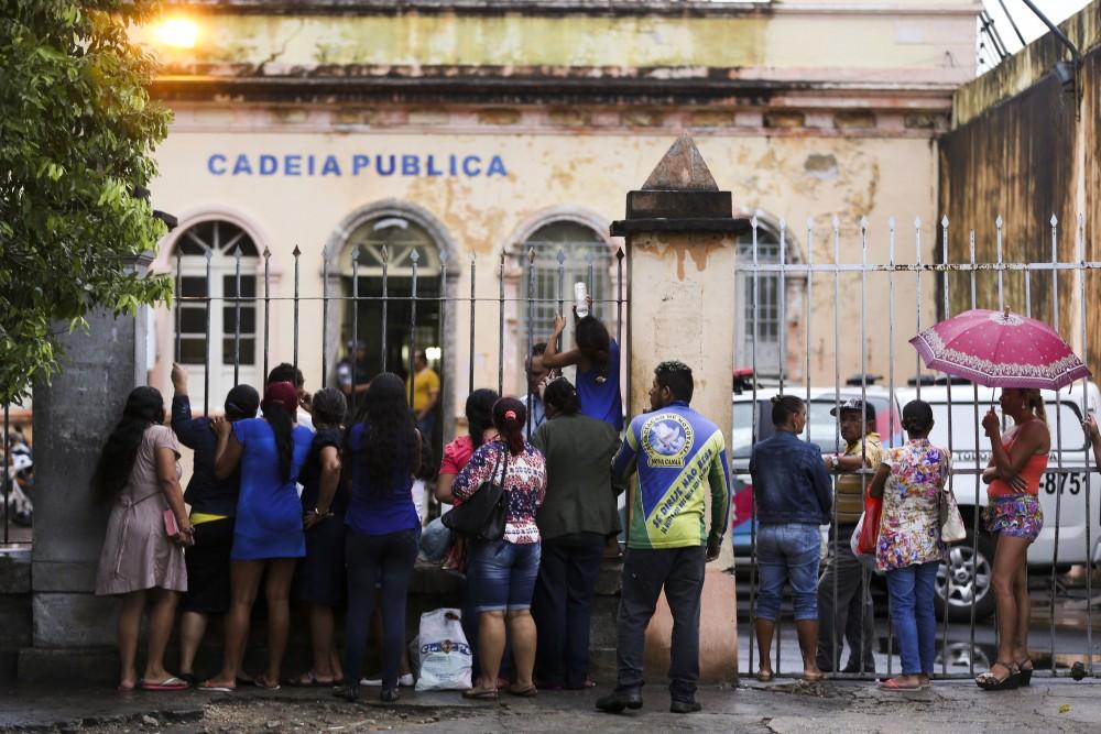 Manaus - Familiares aguardam informações sobre parentes presos na Cadeia Pública Raimundo Vidal Pessoa. (Marcelo Camargo/Agência Brasil)