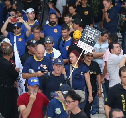 Brasília - Manifestantes tentam invadir a Câmara em protesto contra reforma da Previdência (Fabio Rodrigues Pozzebom/Agência Brasil)