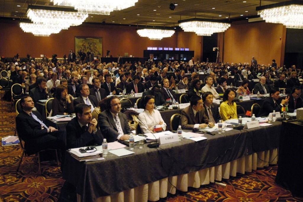 Dアラスカのアンカレッジで2007年5月29日に開かれた、国際捕鯨委委員会会合で、70ヶ国以上の代表が議事に耳を傾ける。クジラたちの運命は、75ヶ国の代表が商業捕鯨禁止を撤回せよという、日本を筆頭とする国々からの圧力の下で行われる討議次第となった。   AFP PHOTO/Michael CONTI (Photo credit should read Michael Conti/AFP/Getty Images)