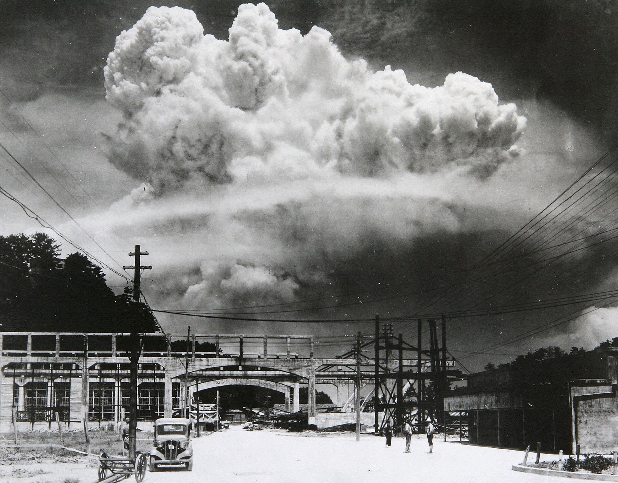 1945年8月9日、9.6km離れた長崎県香焼島で撮影された、長崎市原爆の放射性プルーム。アメリカの空飛ぶ要塞ボックスカー US B-29機が「ファットマン」とあだなされた原爆を投下し、これが午前11時直後に長崎市北部上空で爆発した (写真は Hiromichi Matsuda/Handout from Nagasaki Atomic Bomb Museum/Getty Images)