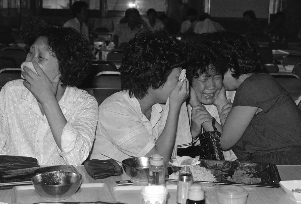 大韓航空007便が、1983年9月2日にソウルに向かう間に撃墜されたのが「ほぼ確実」という韓国当局の発表を聞いて、乗客Lee Chul-Kyu,の姉妹が泣いた。 (AP Photo/Kim Chon-Kil)