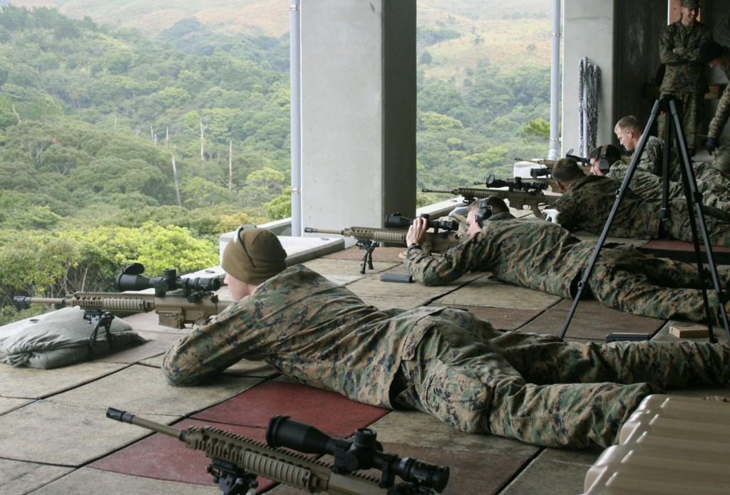 那覇市 -2011年1月12日、キャンプ・ハンセンでアメリカ海兵隊員がM110ライフルを試射。  (Kyodo)