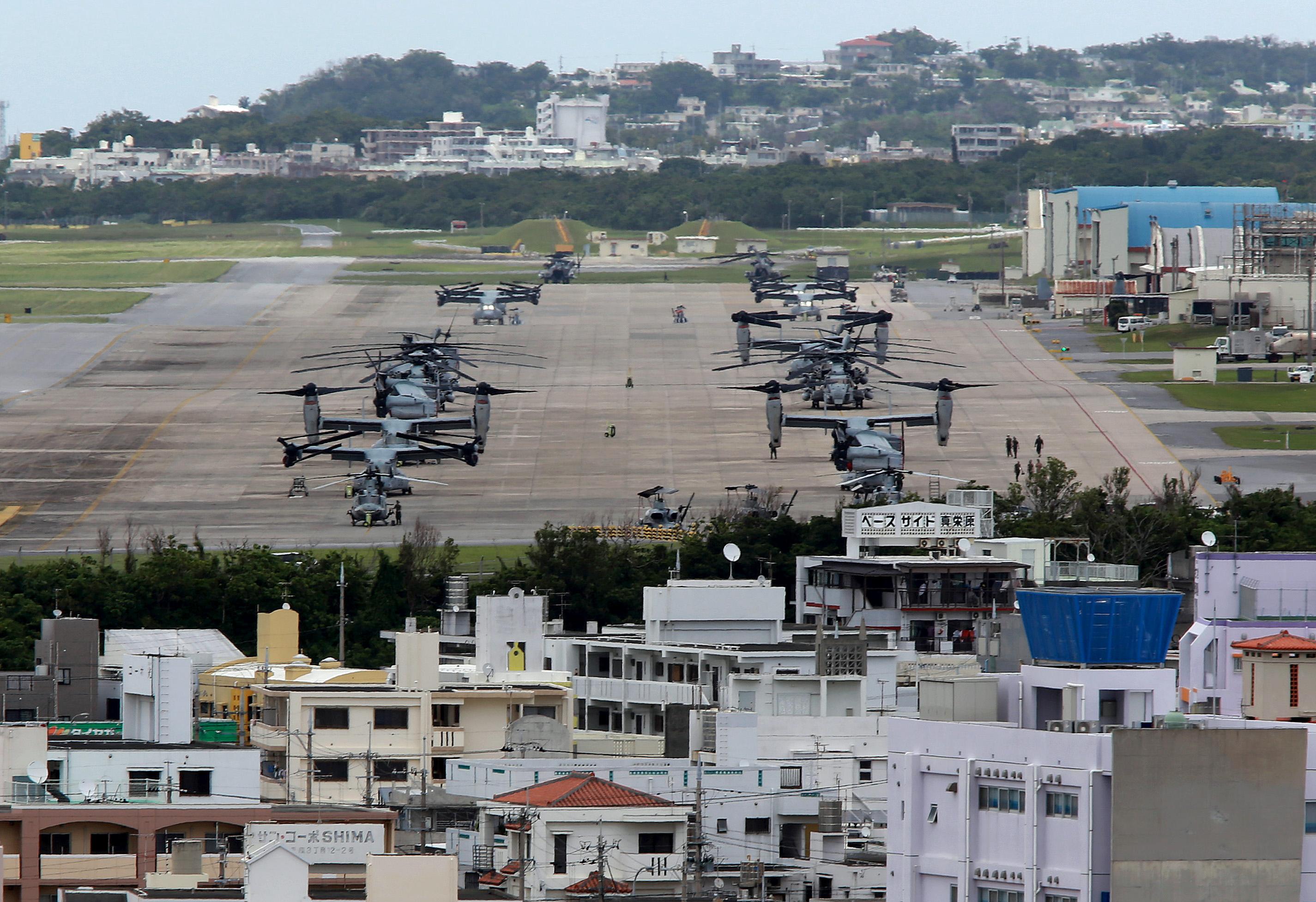 2015年5月19日、沖縄県の過密な住宅地に囲まれたアメリカ海兵隊普天間基地にepa04756429 アメリカ海兵隊 MV-22 オスプレイが駐機中。日本政府は、アメリカ空軍横田基地にCV-22オスプレイが配備されると5月12日に発表したばかりだった。 CV-22 オスプレイは特殊作戦部隊用であり、低空夜間飛行を行う。海兵隊MV-22オスプレイの三倍の事故率となっている。横田米空軍基地を取り巻く地元都市の市長四人は、2017年にCV-22オスプレイ配備について深い懸念を表明した。アメリカ国防総省は、ハワイでCV-22オスプレイが墜落し、一人死亡、21人が負傷したにもかかわらず、日本でのオスプレイ配備を見直さないと5月18日に発表していた。EPA/HITOSHI MAESHIRO