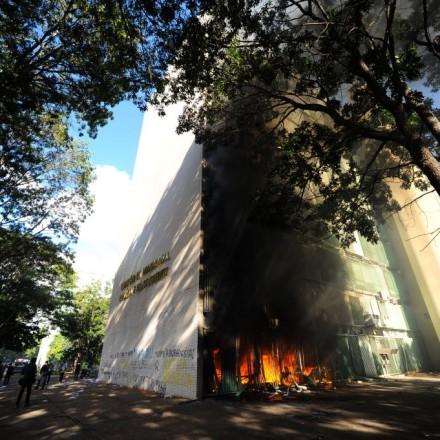 Governo que pedia unificação nacional é responsável agora por um país em chamas