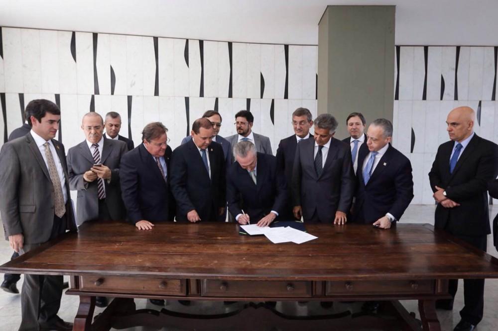 12-05-2016 Michel Temer assina notificação de posse como presidente interino encaminhada pelo Senado. Foto: Marcos Corrêa