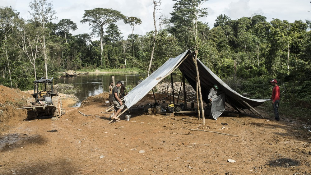 Acampamento-na-beira-do-Rio-Branco-no-limite-do-Parque-Nacional-Jamanxim-area-que-pode-virar-APA-Rio-Branco_Daniel-Paranayba--1497374827