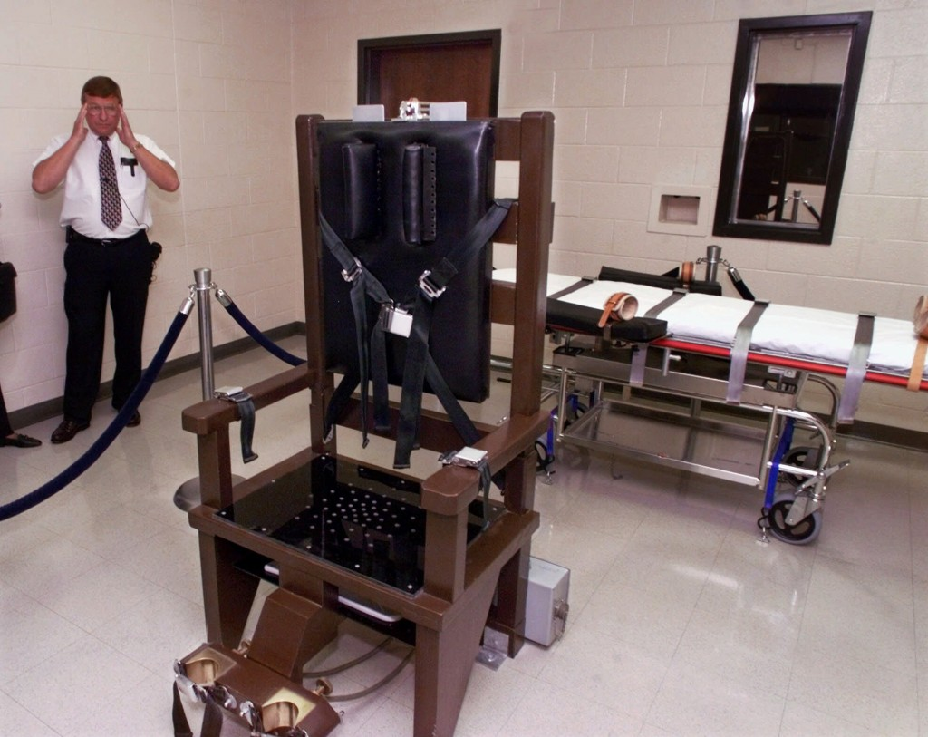 ** ADVANCE FOR SUNDAY, SEPT. 17 ** FILE **Ricky Bell, then the warden at Riverbend Maximum Security Institution in Nashville, Tenn., gives a tour of the prison's execution chamber on Oct. 13, 1999. Both the electric chair and the lethal injection gurney are kept in the room until the time is near for a prisoner to be executed and the one not used is taken out. Death row inmate Daryl Holton is scheduled to be executed Tuesday, Sept. 19, 2006, and has chosen the electric chair over the state's preferred method of lethal injection. (AP Photo/Mark Humphrey, File)