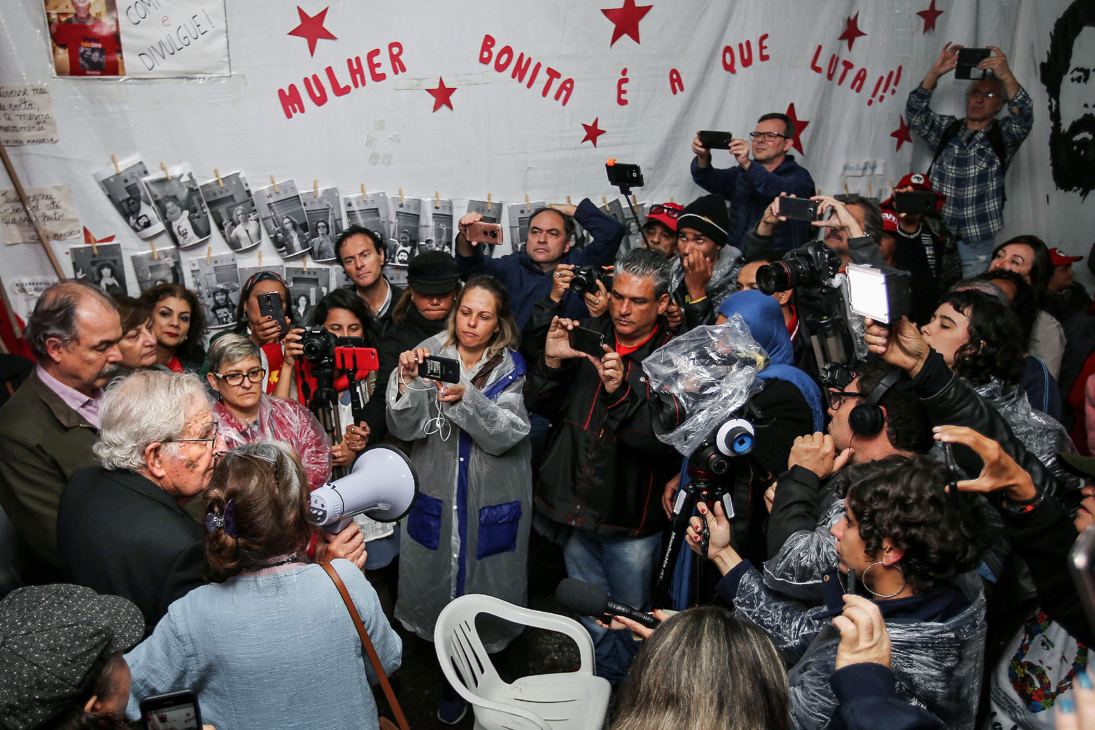 US linguist and political activist Noam Chomsky (R), speaks to PT militants after visiting former President Luis Inacio Lula da Silva, arrested for corruption in the Federal Police Superintendence in Curitiba, Brazil on September 20, 2018. (Photo by Heuler Andrey / AFP) (Photo credit should read HEULER ANDREY/AFP/Getty Images)