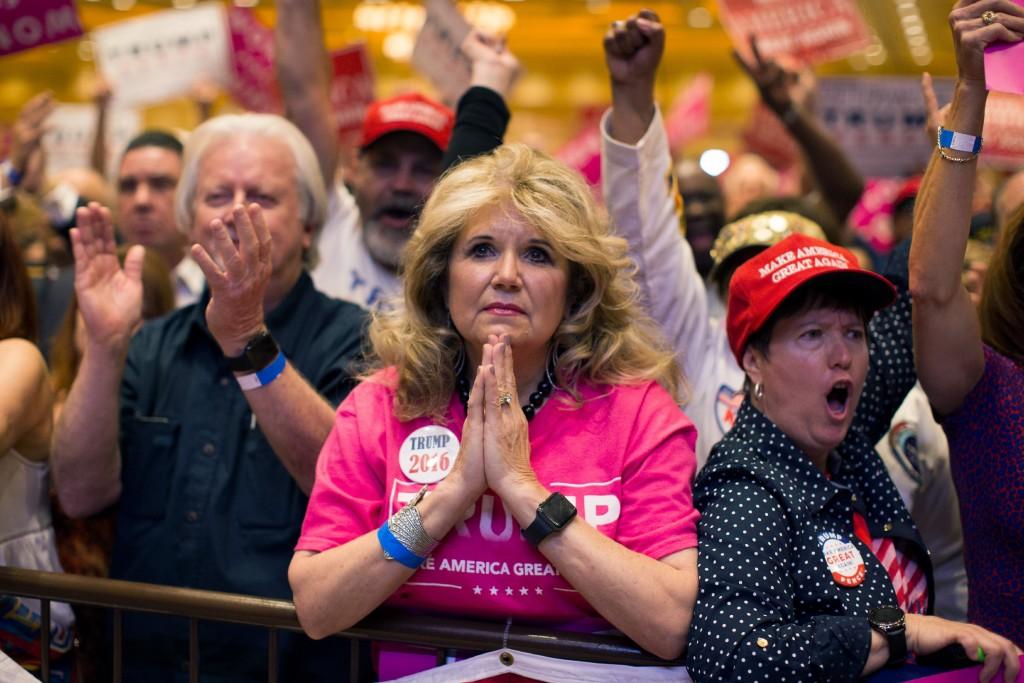Apoiadores do então candidato Republicano à presidência Donald Trump assistem a um discurso em um comício de campanha em Las Vegas, em 30 de outubro de 2016.