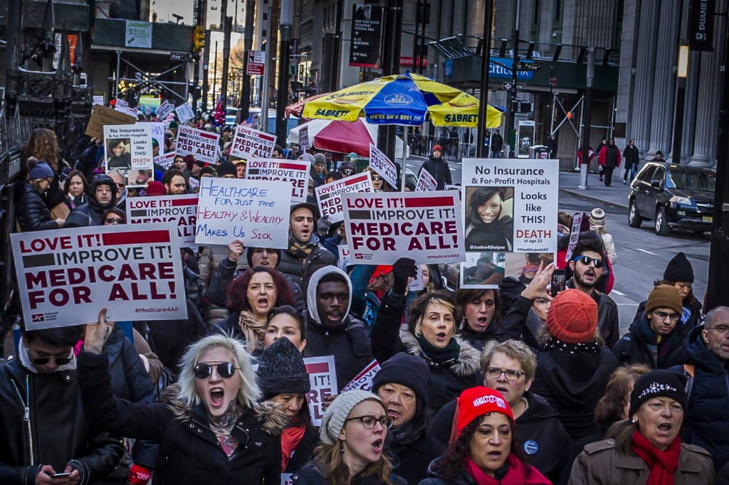 """Membros da organização National Nurses United [Enfermeiras Nacionais Unidas] e apoiadores do """"Medicare para Todos"""" manifestam-se em apoio a um programa nacional de seguro saúde de pagador único em 15 de janeiro de 2017, na cidade de Nova York."""