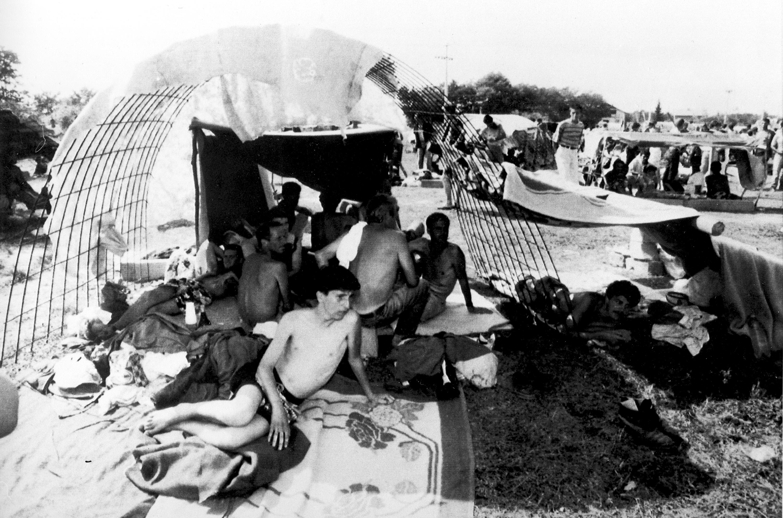Vista externa do campo de detenção de Trnopolje, perto de Banja Luka, na Bósnia-Herzegovina, em 9 de agosto de 1992.