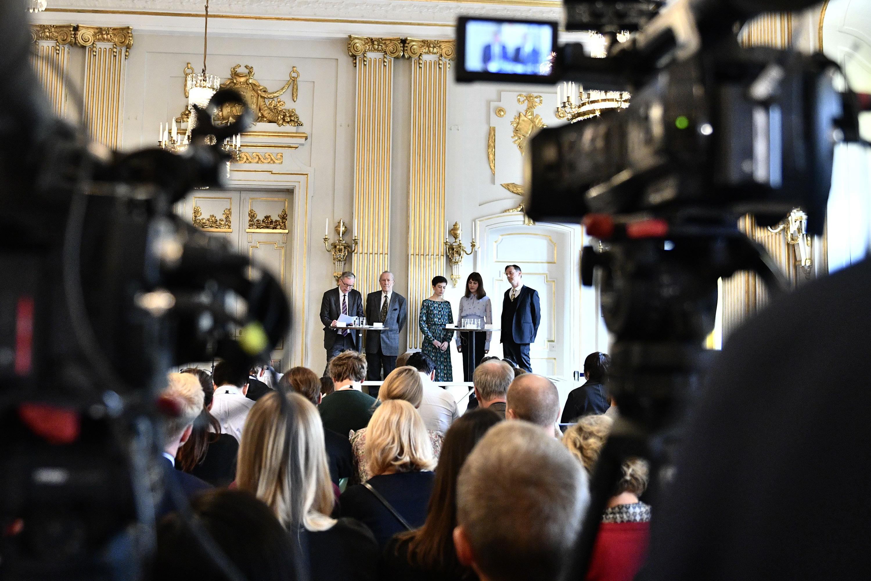 Membros do Comitê Nobel de Literatura, da esquerda, Presidente Anders Olsson, Per Wästberg, Rebecka Karde, Mikaela Blomqvist e Henrik Petersen anunciam os vencedores do Prêmio Nobel de Literatura de 2018 e 2019 na Academia Sueca de Estocolmo, na Suécia, em 10 de outubro de 2019.
