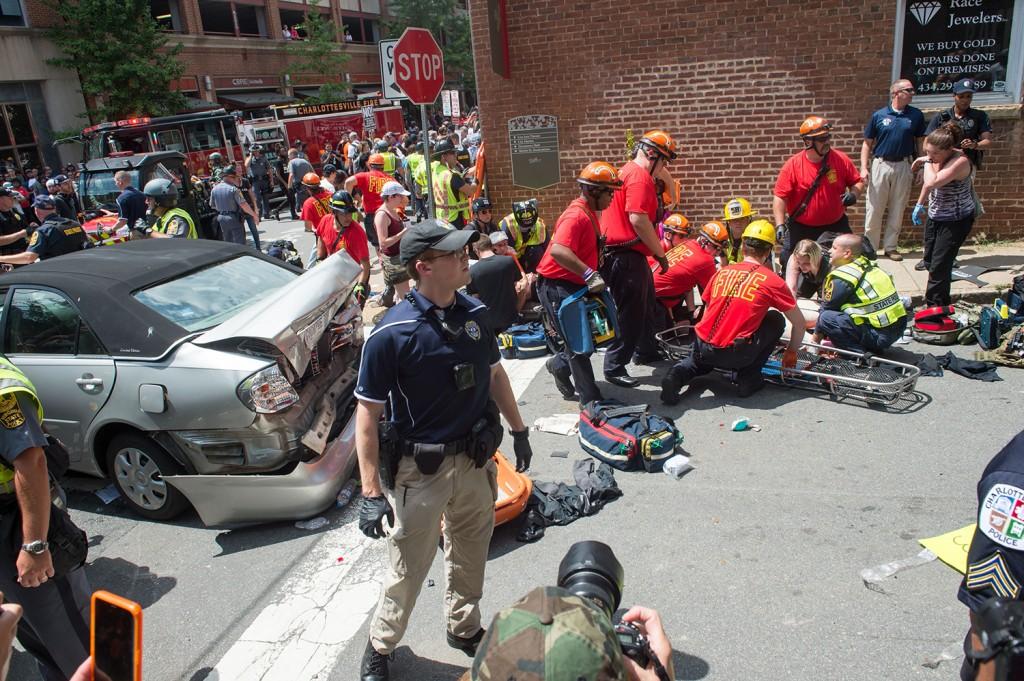 Uma mulher recebe primeiros socorros após um motorista atropelar uma multidão de manifestantes em Charlottesville, Virgínia, no dia 12 de agosto de 2017.