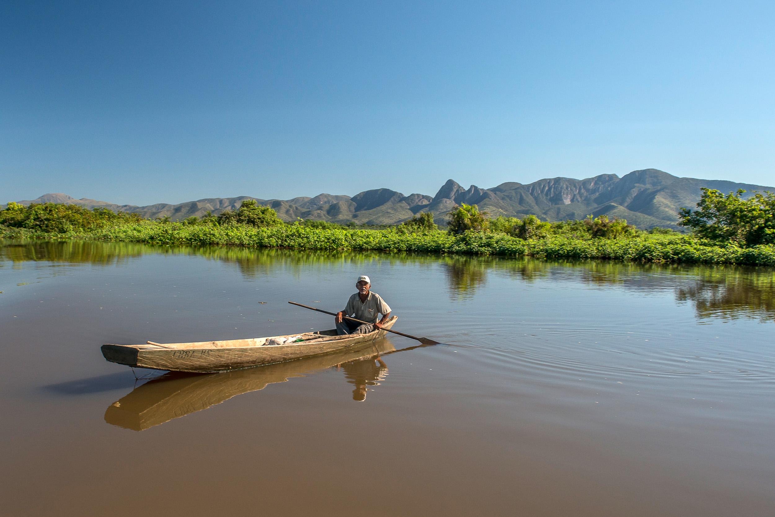 Assunto: Vista da Serra do Amolar no Rio Paraguai- Parque Nacional do Pantanal MatogrossenseInformação Adicional: Serra do Amolar é uma formação rochosa localizada na planície pantaneira, na fronteira do <a href='https://meuspy.com/tag/Alicativo-Espiao-Brasileiro'>Brasil</a> com a Bolívia. Local: Poconé - MTData: 07/2014Autor: André Dib