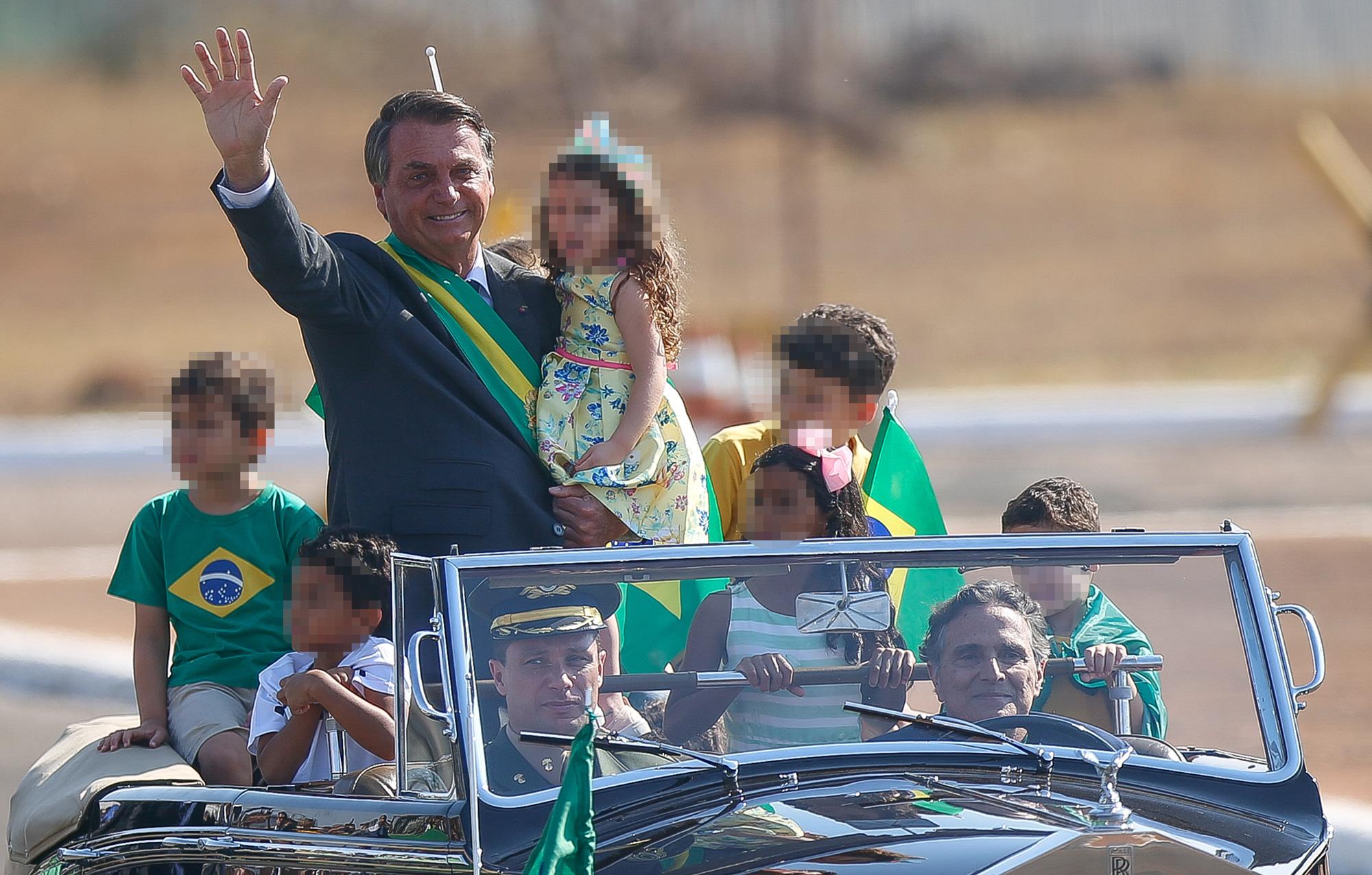 BRASILIA, DF,  BRASIL,  07-09-2021, 12h00: O presidente Jair Bolsonaro chega em carro aberto, dirigido pelo piloto Nelson Piquet, para a cerimônia de hasteamento da bandeira no Palácio da Alvorada. (Foto: Pedro Ladeira/Folhapress)