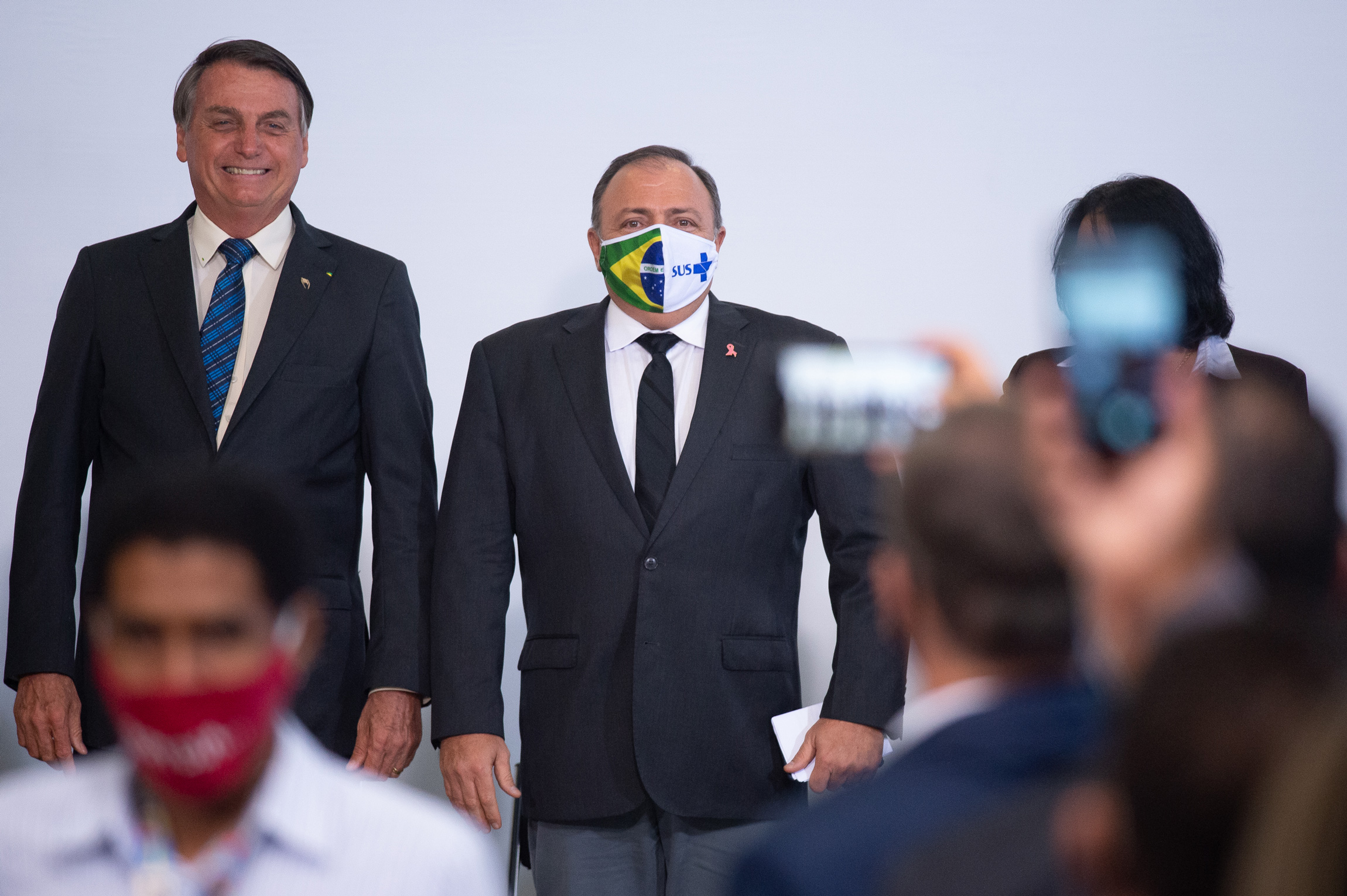 BRASILIA, BRAZIL -OCTOBER14: Jair Bolsonaro, President of Brazil, smiles and Health Minister, Eduardo Pazuello poses duringthe launching of Programa Genomas Brazilamidst the coronavirus(COVID-19) pandemic at the Planalto Palace on Octuber 14, 2020 in Brasilia.Brazil has over 5.140,000 confirmed positive cases of Coronavirus and has over 151,747 deaths. (Photo by Andressa Anholete/Getty Images)
